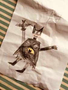 Mama als Batman mit schwarzen Einweghandschuhen